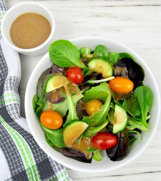 Toma cenital de verduras mixtas con aderezo balsámico