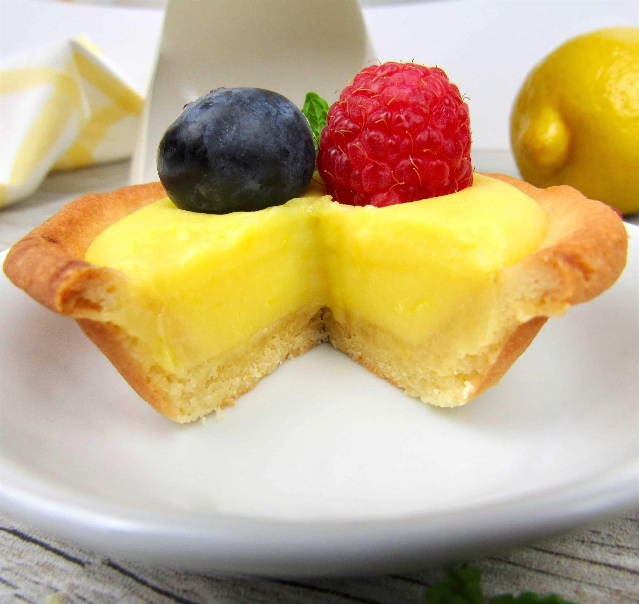 Primer plano de mini tarta de cuajada de limón con rodaja sacar