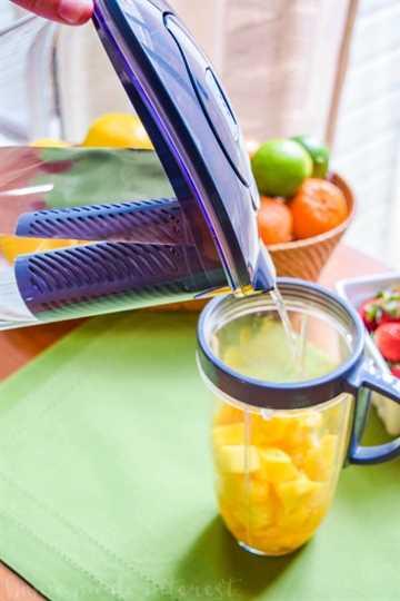 se agrega agua a los cubos de mango para paletas de mango