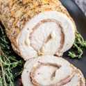 Esta receta fácil de lomo de cerdo es un lomo de cerdo relleno de jamón y jamón perfectamente tostado, húmedo y tierno. Es una deliciosa receta de cena ceto y baja en carbohidratos que se hornea en el horno. ¡Haga esta receta fácil de carne de cerdo para su familia esta semana! # cerdo # lomo #keto #lowcarb #ketorecipes #lowcarbrecipe #ketodiet #cheese #homemadeinterest