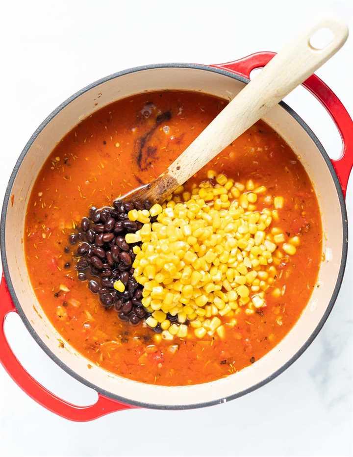 maíz dulce y frijoles negros en una sartén de sopa