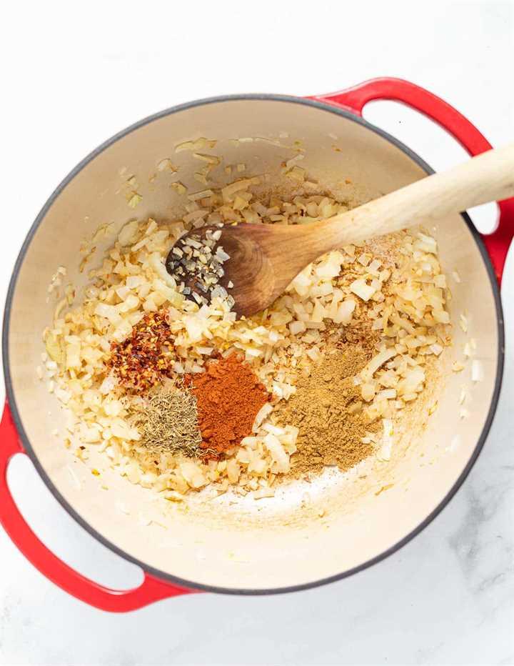especias, cebolla y ajo cocinando en una sartén