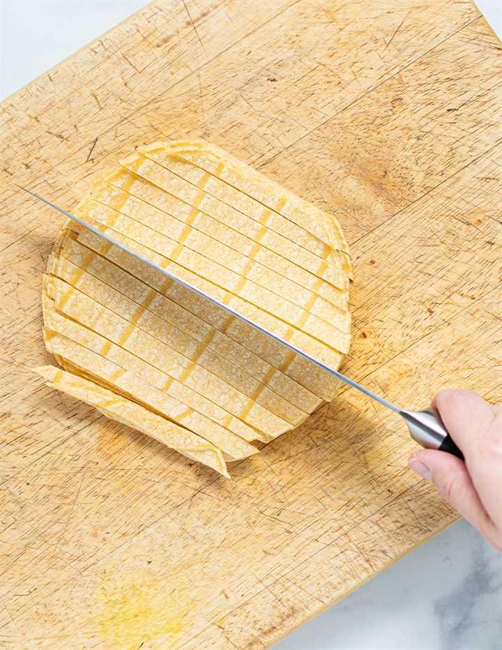 tortillas de maíz cortadas en tiras en una tabla