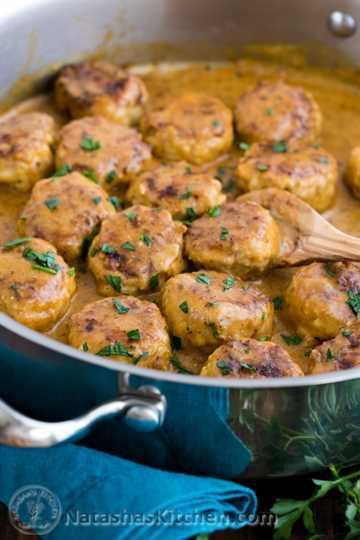 Albóndigas de pollo en salsa de crema | natashaskitchen.com