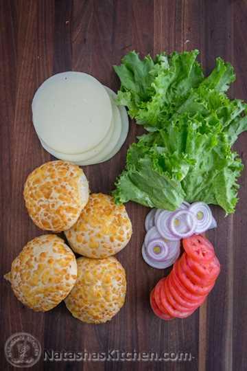¡Esta hamburguesa con queso es muy simple de hacer y está cargada de queso! @natashaskitchen