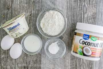 ¡Estos panqueques de yogur griego no son tus panqueques estándar! Son delicados y crujientes en los bordes, ¡deliciosos! natashaskitchen.com