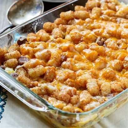 Desayuno Tater Tot Cazuela con chorizo y queso cheddar.