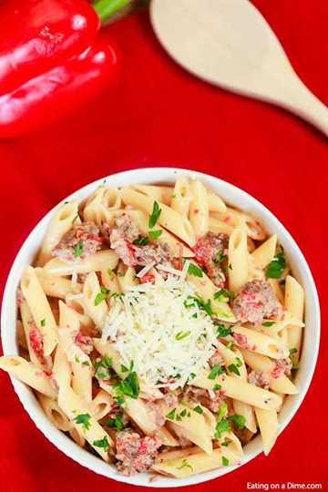 Todos se volverán locos con esta deliciosa pasta italiana de salchicha asada con pimiento rojo asado. La salsa de crema con pimientos rojos tiene un sabor increíble.