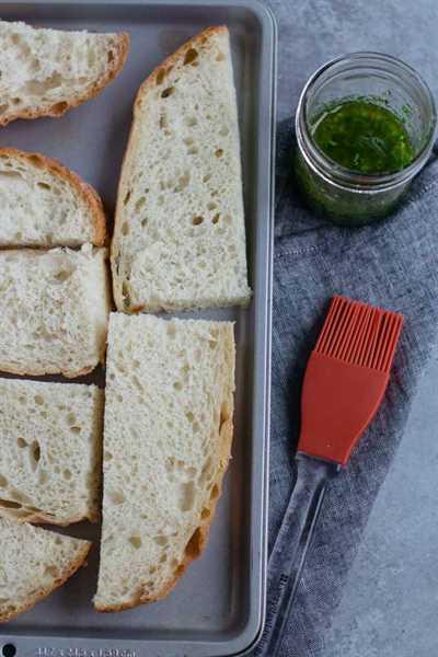 Este pan de ajo con aceite de oliva y hierbas es una receta para cualquier cena de temática italiana. ¡Es fácil de preparar y combina perfectamente con sopas y pastas!
