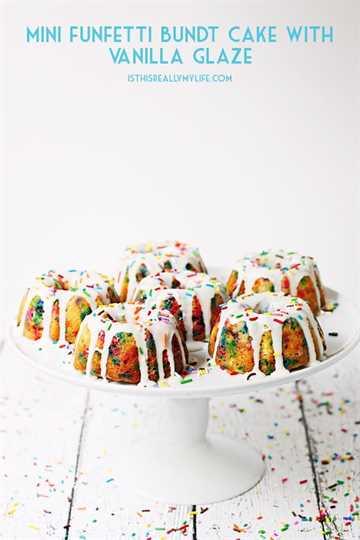 Mini Funfetti Bundt Cake con glaseado de vainilla: los mini funfetti Bundt Cake con glaseado de vainilla son un divertido postre de fiesta. Perfecto cubierto con una bola de helado, crema batida, más chispas y una cereza. El | halfscratched.com