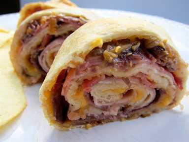 Molinillos Club horneados: pavo, jamón, rosbif, tocino y queso horneados en masa de pan francés refrigerado. ¡Muy facil! ¡Ideal para almuerzos, cenas o fiestas de fútbol!