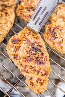 Pollo a la parrilla con piña: ¡en serio LA MEJOR receta de pechuga de pollo a la parrilla! Pollo marinado durante la noche en aceite vegetal, jugo de piña, sal, pimentón, albahaca, cebolla en polvo, tomillo y ajo. Este pollo es tan tierno y jugoso. ¡También sabe muy bien las sobras! ¡Siempre duplicamos la receta! ¡Todos piden la receta! ¡YUM! ¡ME ENCANTA esta receta fácil de pechuga de pollo a la parrilla! #grilledchicken #chickenrecipe #grilling