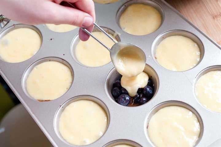 Llenar los moldes para muffins
