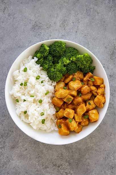 pollo petardo en un bol con arroz