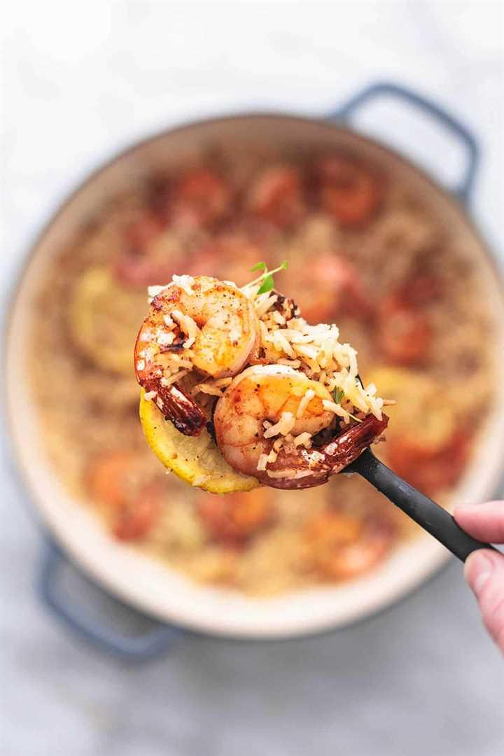 camarones y arroz con limón en una cuchara