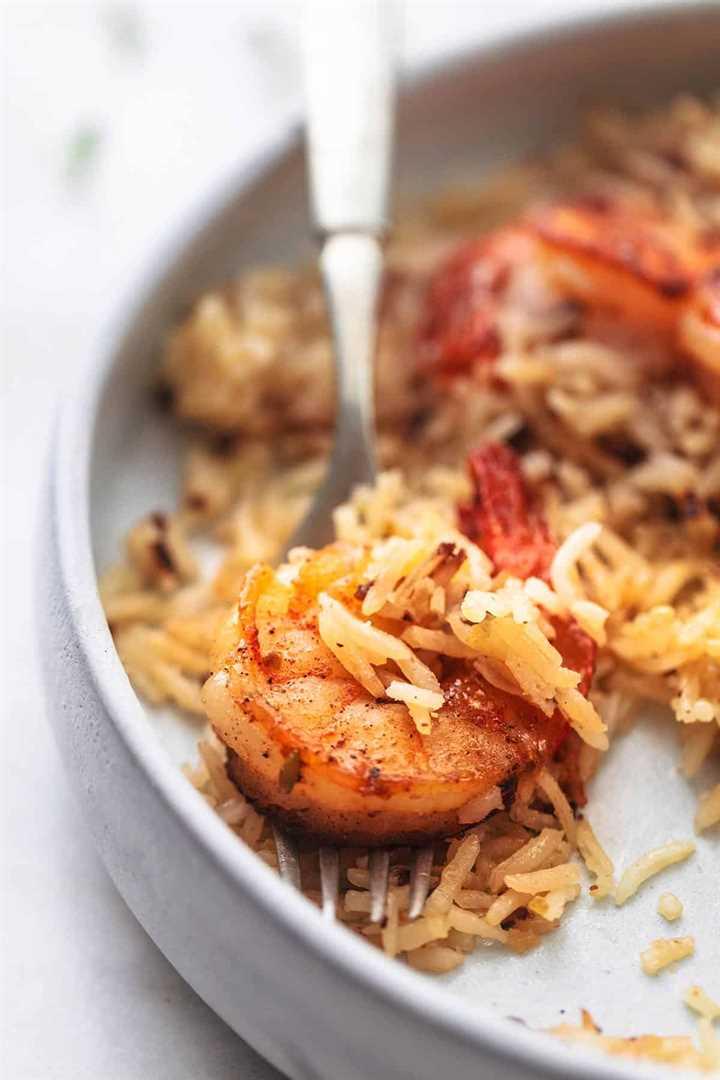 de cerca camarones y arroz en un tenedor