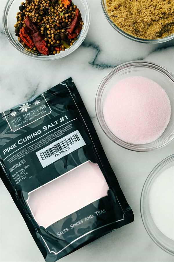 Sal de curado rosa # 1 en una bolsa y tazón junto a ella con condimentos y azúcar morena en tazones.