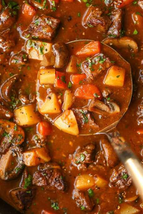 El mejor guiso de carne de res: un guiso de carne de res acogedor y clásico con carne tierna, zanahorias, champiñones + papas. ¡A todos les encantará esto, especialmente en esas noches frías!