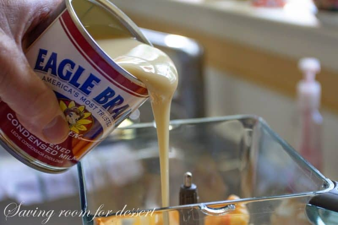 Una lata de leche condensada azucarada