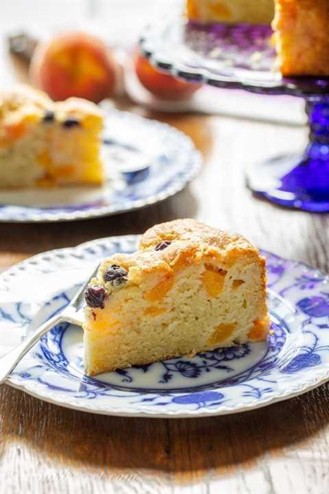 Una rebanada de pastel de desayuno de durazno y arándano