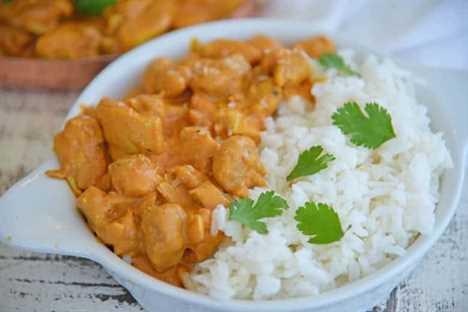 Naan sumergiéndose en pollo con mantequilla india