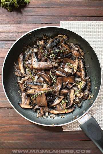 Salteado de champiñones portobello en una sartén