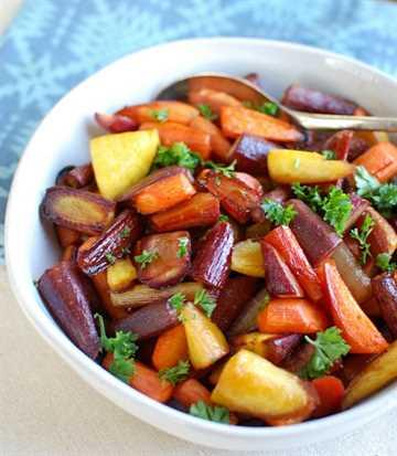 Miel zanahorias balsámicas asadas en un tazón blanco con una cuchara
