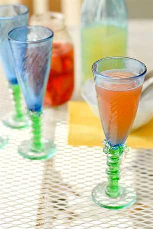 Cóctel de limonada con vodka de fresa