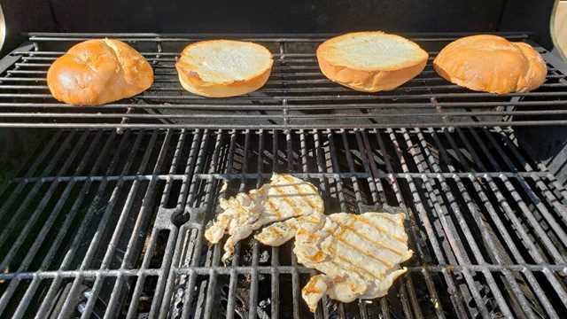 """dos piezas de pollo a la parrilla y dos bollos de sándwich tostado en la parrilla más caliente """"srcset ="""" https://cdn1.zonacooks.com/wp-content/uploads/2018/05/Grilled-French-Onion-Chicken-Sandwiches-for- Two-4.jpg 1067w, https://cdn1.zonacooks.com/wp-content/uploads/2018/05/Grilled-French-Onion-Chicken-Sandwiches-for-Two-4-500x281.jpg 500w """"tamaños = """"(ancho máximo: 1067px) 100vw, 1067px"""