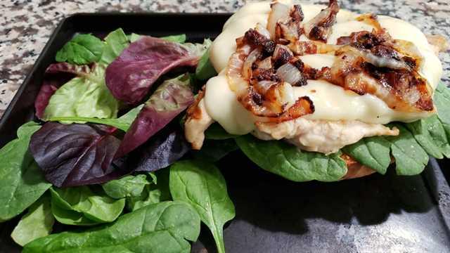 """capas de espinacas, pollo, queso suizo y cebolla caramelizada en un bollo inferior """"srcset ="""" https://cdn1.zonacooks.com/wp-content/uploads/2018/05/Grilled-French-Onion-Chicken-Sandwiches-for -Two-6.jpg 1067w, https://cdn1.zonacooks.com/wp-content/uploads/2018/05/Grilled-French-Onion-Chicken-Sandwiches-for-Two-6-500x281.jpg 500w """"tamaños = """"(ancho máximo: 1067px) 100vw, 1067px"""