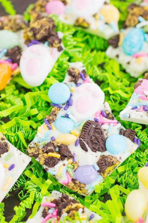 Easter Bunny Bark está lleno de chocolate blanco cremoso, galletas Oreo y tus dulces favoritos. ¡Fácil de preparar y listo en poco tiempo, este regalo festivo es perfecto para la primavera!