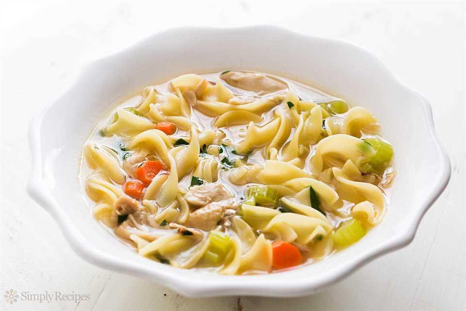 La mejor sopa de fideos con pollo desde cero en un tazón blanco