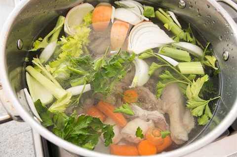 Ingredientes crudos en una olla para hacer caldo de pollo con sopa de fideos desde cero