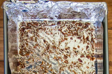 Caramelo inglés casero: agregue la capa inferior de nueces