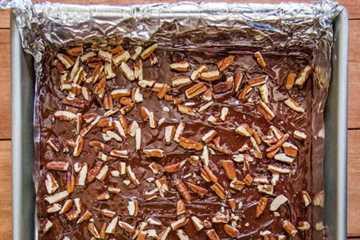 Caramelo inglés casero: espolvorea la parte superior con nueces