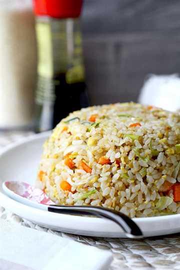 Arroz frito japonés - yakimeshi- No se necesita una parrilla de Teppanyaki para preparar esta sencilla y sabrosa receta de arroz frito japonés. ¡Fácil de hacer y listo en 18 minutos de principio a fin! recetas de arroz frito, recetas fáciles de cena de arroz, comida japonesa, arroz frito con verduras, recetas de cena asiática   pickledplum.com