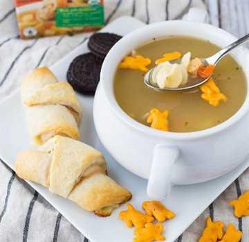 ¡Combina estos panecillos crecientes de pavo y queso con un plato caliente de sopa de fideos con pollo para una comida rápida y deliciosa incluso en los días más ocupados! ¡Obtén la receta fácil en RachelCooks.com!
