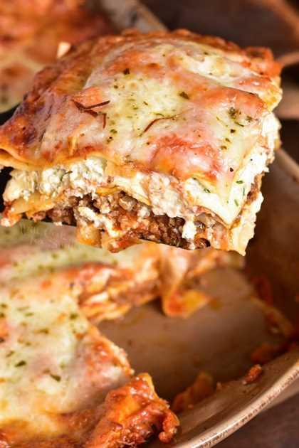 Receta clásica de lasaña. Esta receta clásica de lasaña presenta capas de carne molida, pasta, mezcla de queso ricotta, salsa marinara casera fácil y más queso en cada bocado. #lasagna #Italiano #pasta #beef #groundbeef