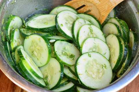 mezclar los pepinos y el aderezo en un tazón