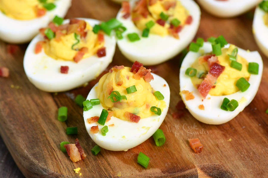 Huevos rellenos clásicos llevados a un nivel completamente nuevo. Los huevos duros se rellenan con una mezcla de yemas de huevo, mayonesa y mostaza, tocino y cebollín.