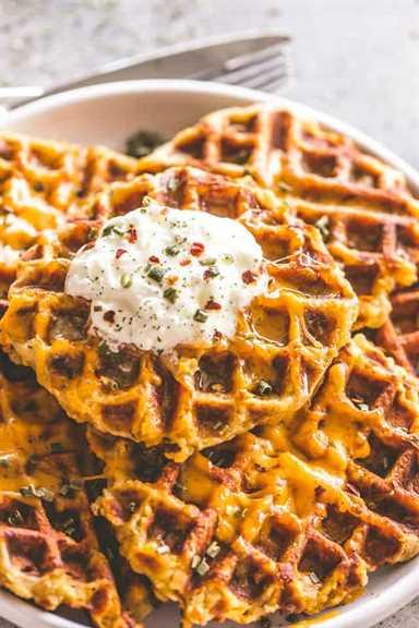 """Waffles de papa con queso: waffles deliciosos, cursis y salados preparados con sobras de puré de papas y queso cheddar. Crujientes por fuera y esponjosas por dentro, estos gofres de papa no solo tienen un sabor increíble, sino que son una comida súper divertida para servir a su familia. """"width ="""" 640 """"height ="""" 960 """"data-pin-description ="""" Waffles de papa con queso: waffles deliciosos, cursis y sabrosos preparados con sobras de puré de papas y queso cheddar. Crujientes por fuera y esponjosas por dentro, estos gofres de papa no solo tienen un sabor increíble, sino que son una comida súper divertida para servir a su familia. #patatas #gofles #potatowaffles # queso #fresas #gracias de agradecimiento #mashedpotatoes #leftovermashedpotatoes #cheddarcheese #breakfast #brunch"""
