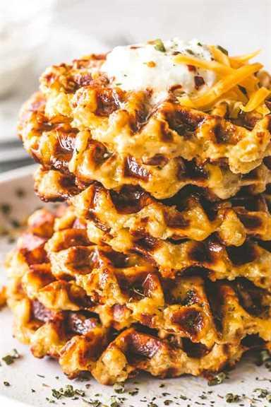 """Waffles de papa con queso: deliciosos, cursi y sabrosos waffles preparados con sobras de puré de papas y queso cheddar. Crujientes por fuera y esponjosas por dentro, estos gofres de papa no solo tienen un sabor increíble, sino que son una comida súper divertida para servir a su familia. """"width ="""" 640 """"height ="""" 960 """"data-pin-description ="""" Waffles de papa con queso: waffles deliciosos, cursis y sabrosos preparados con sobras de puré de papas y queso cheddar. Crujientes por fuera y esponjosas por dentro, estos gofres de papa no solo tienen un sabor increíble, sino que son una comida súper divertida para servir a su familia. #patatas #gofles #potatowaffles # queso #fresas #gracias de agradecimiento #mashedpotatoes #leftovermashedpotatoes #cheddarcheese #breakfast #brunch"""