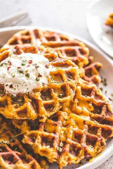 """Receta de waffles de papa con queso   Cómo usar el puré de papas sobrante """"width ="""" 640 """"height ="""" 960"""