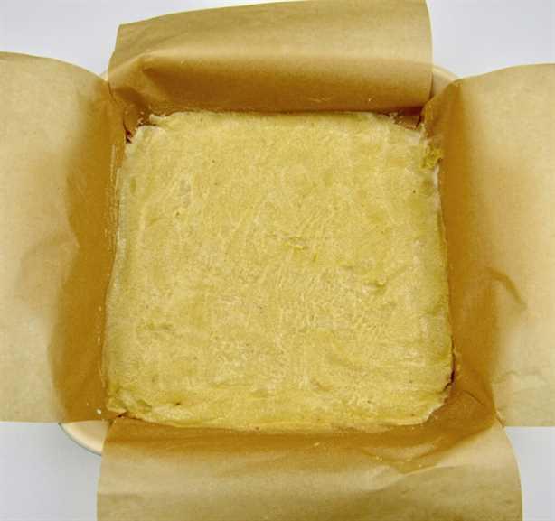 corteza de tarta de queso en una cacerola