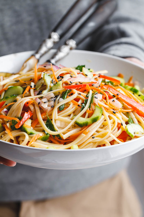 Ensalada asiática de fideos: con la mejor vinagreta de jengibre. Esta ensalada vegana de preparación anticipada está cargada de vegetales saludables y es perfecta para almuerzos entre semana o reuniones más grandes.