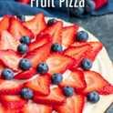 ¡Esta pizza de frutas rojas, blancas y azules es una receta fácil de pizza de frutas para las fiestas del 4 de julio! Fruta fresca, glaseado de queso crema dulce y una costra de galletas de azúcar hacen de este el postre perfecto para el verano. Haga esta pizza de postre con fruta fresca para el Día de los Caídos, el Día del Trabajo o el postre del 4 de julio. Una galleta de azúcar suave y casera cubierta con glaseado, fresas y arándanos, es un postre hermoso y delicioso. # 4thofjuly #fruit #cookie #homemadeinterest