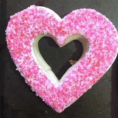 ¡Estas galletas de corazón de vitral hacen un regalo absolutamente maravilloso para el Día de San Valentín! Galletas de azúcar reales desde cero con glaseado rosa brillante y gelatina