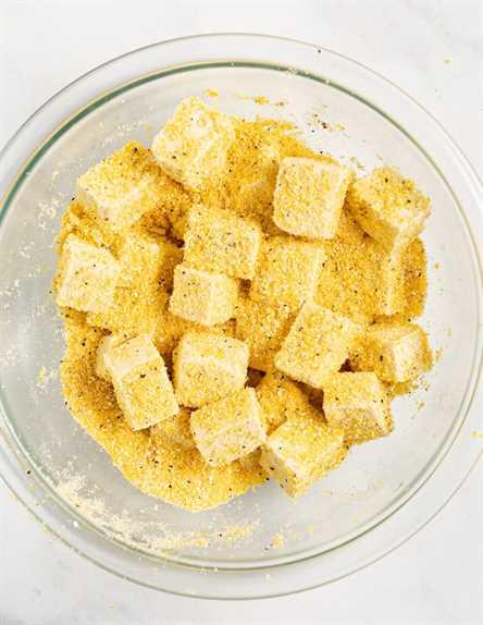 cubos de tofu en harina de maíz