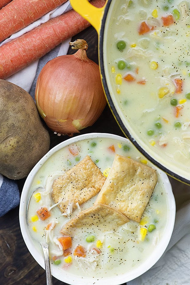 sopa de pastel de pollo en un tazón blanco