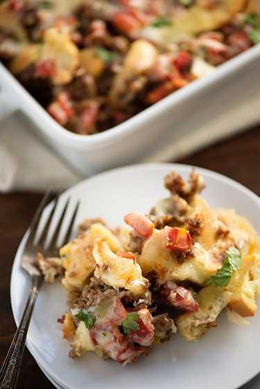 Cazuela de desayuno mexicano: ¡cargada de bagels, queso, salchichas y tomates con chiles! ¡Una manera tan fácil y cursi de preparar el desayuno en la mesa!